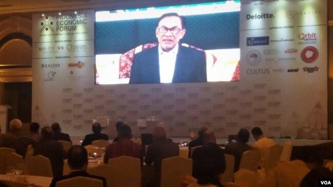 Dalam diskusi di Jakarta, Rabu (21/11) Wakil Perdana Menteri Malaysia Anwar Ibrahim Melalui video conference menjelaskan tentang ekonomi ASEAN. (Foto: VOA/Fathiyah)