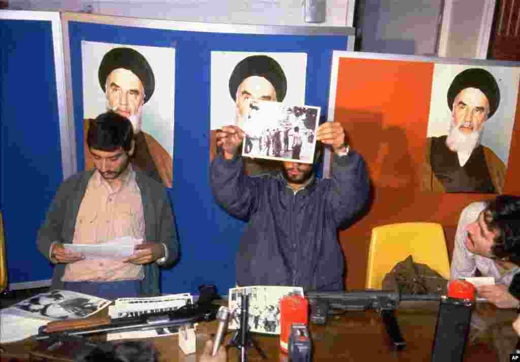 امروز در تاریخ: سال ۱۳۵۸ - بعد از گروگانگیری در سفارت ایالات متحده آمریکا در تهران، گروگانگیران عکسهای گروگانهای آمریکای را به خبرنگاران نشان میدهند.
