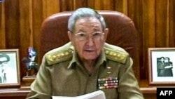 Muuqaal laga Qaaday Hoggaamiyaha Cuba Raul Castro oo shacabkiisa kala hadlaya Telefiishanka isaga oo ku sugan Caasimadda dalkaas ee Havana