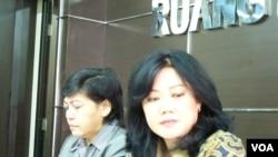 Ketua Tim Pemantauan dan Penyelidikan Penanganan Tindak Pidana Terorisme Komnas HAM Siane Indriani (kanan) dan Ketua Komnas HAM Siti Nurlaila (kiri) sedang menjelaskan hasil temuannya soal video kekerasan Densus 88. (VOA/Fathiyah Wardah)