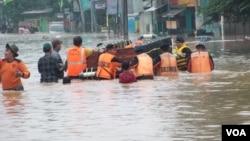 Proses evakuasi banjir di Jakarta Timur (13/1). (VOA/Iris Gera)