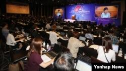 광복 70주년을 맞아 13일 서울에서 열린 '2015 한반도통일 심포지엄'에서 주철기 청와대 외교안보수석 비서관이 박근혜 대통령의 축사를 대독하고 있다.