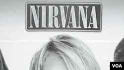 Seorang pejalan kaki melewati poster Kurt Cobain, vokalis dan gitaris Nirvana, di kota Seattle (foto: dok).