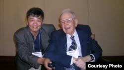 2008年,中國自由派民間智庫北京天則經濟研究所所長盛洪教授和美國芝加哥大學教授科斯(盛洪推特圖片)