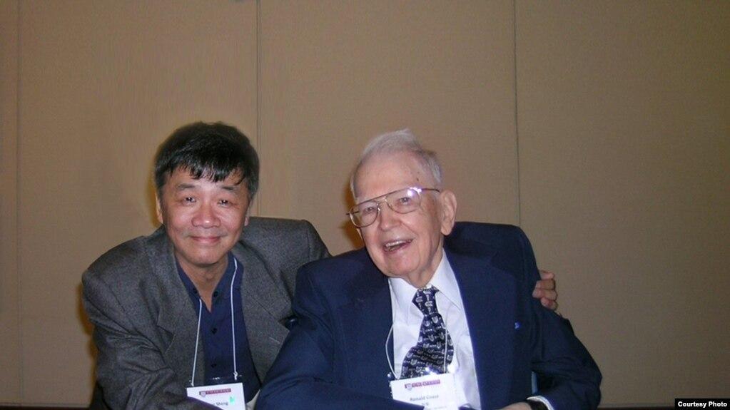 2008年,中国自由派民间智库北京天则经济研究所所长盛洪教授和美国芝加哥大学教授科斯在芝加哥大学的中国改革开放30年研讨会上(盛洪推特图片)