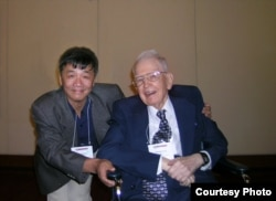 2008年,中国自由派民间智库北京天则经济研究所所长盛洪教授和美国芝加哥大学教授科斯(盛洪推特图片)
