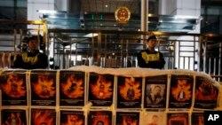 支持西藏人權利的示威者展藏人自焚的照片(資料圖片)
