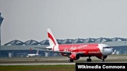 Pesawat AirAsia Airbus A320 meninggalkan bandar udara internasional Kuala Lumpur.
