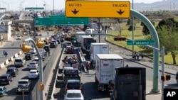 Очередь из автомобилей на границе между США и Мексикой в Эль-Пасо, штат Техас, 29 марта 2019 года