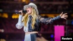 Ellie Goulding saat tampil dalam acara hiburan pertandingan liga futbol AS (NFL) di Arlington, Texas (foto: dok).