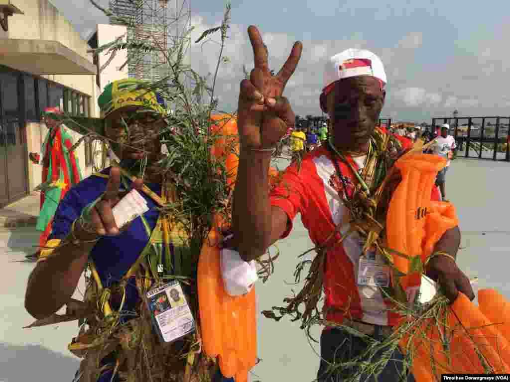 Des supporters gabonais devant le stade à Libreville, au Gabon, le 18 janvier 2017. (VOA/Timothee Donangmaye)