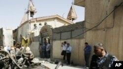 교회 앞 폭파현장을 살피는 이라크 군인