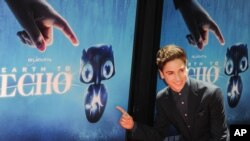 "Teo Holm dolazi na losandjelesku premijeru filma ""Earth to Echo"", 14. juna 2014."