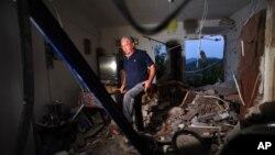 Sebuah rumah di desa Pothi, di pulau Lefkada, Yunani tampak hancur akibat gempa hari Selasa (17/11).
