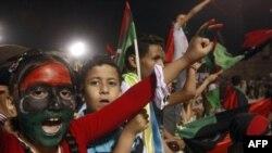 Trablusgarp'ın Şehitler Meydanı'nda Kaddafi'nin ölümünü kutlayan Libyalılar