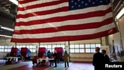 5일 미국 동부 뉴저지주 멘드햄타운쉽에 마련된 투표소에서 유권자들이 투표를 하고 있다.
