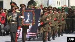 Binh sĩ khiêng quan tài của cựu Tổng thống Afghanistan kiêm đặc sứ hòa bình Afghanistan, ông Burhanuddin Rabbani, trong tang lễ tại dinh tổng thống ở Kabul, ngày 23/9/2011