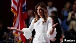 Melania Trump di panggung Konvensi Nasional Partai Republik di Cleveland, Ohio (18/7). (Reuters/Jim Young)