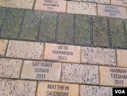 22일 미국 오하이오주 와이오밍 고등학교에서 오토 웜비어 씨의 장례식이 거행됐다. 졸업생들의 이름을 새긴 학교 건물 바닥에서 웜비어 씨의 이름이 발견했다.