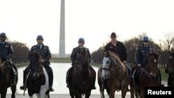 Mendagri AS (kedua dari kanan) menunggang kuda bersama para petugas Polisi Taman (Park Police) di Washington DC. (Foto: dok)