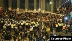 周日凌晨旺角连续第二夜发生警民对峙(苹果日报图片)