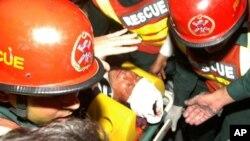 7일 무대 장치에서 추락해 라호르 병원으로 이송된 임란 칸.