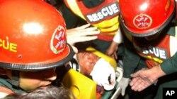 Petugas kesehatan mengangkut politisi Imran Khan yang terjatuh dengan kepala terlebih dulu ke rumah sakit di Lahore (7/5).