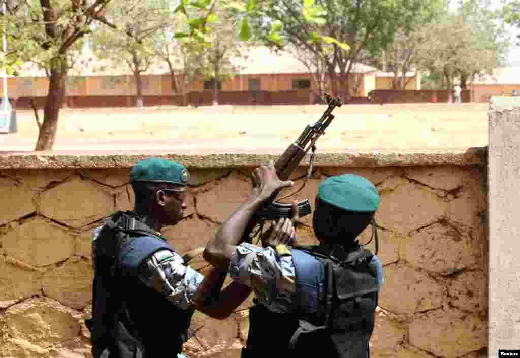 Des soldats de la junte malienne de garde devant le QG de la junte à Kati.