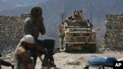 지난달 17일 아프가니스탄 잘랄라바드의 공습 지역 주변에 미군과 아프간 경찰이 모여있다.