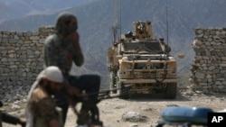 지난달 17일 아프가니스탄 카불 동부에서 미군과 아프간 정부군이 폭탄 테러 현장을 수색하고 있다. (자료사진)
