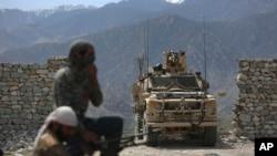 2017年4月17日,美军和阿富汗安全警察在喀布尔以东的阿钦地区。