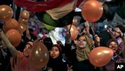 Para pendukung Morsi memegang balon dan mengibarkan bendera saat merayakan Idul Fitri di Kairo (8/8/2013).