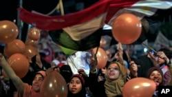 Người ủng hộ Tổng thống Ai Cập bị lật đổ Mohamed Morsi tụ tập để cầu nguyện và mừng lễ Eid al-Fitr tại thủ đô Cairo, ngày 8/8/2013.