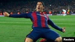 """Luis Suarez de Barcelone jubile après avoir marqué un but contre le Real Madrid lors du """"Clasico"""" au stade Camp Nou à Barcelone, le 22 mars 2015."""