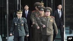 회담장으로 들어서는 리선권 (앞줄 오른쪽) 북한군 대좌와 실무대표단