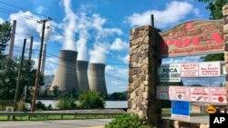 Pembangkit listrik tenaga batu bara di kota Winfield, West Virginia, terlihat dari kota Poca (foto: ilustrasi).