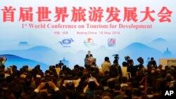 Thủ tướng Trung Quốc Lý Khắc Cường (giữa) phát biểu tại Hội nghị Phát triển Du lịch Thế giới lần thứ nhất tại Đại lễ đường Nhân Dân ở Bắc Kinh, ngày 19 tháng 5 năm 2016.
