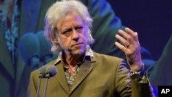 Musisi Irlandia dan aktivis anti-kemiskinan, Bob Geldof mengembalikan hadiah