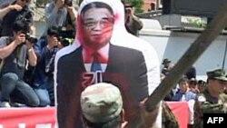 Những người biểu tình đánh vào hình nộm ông Kim Jong Il