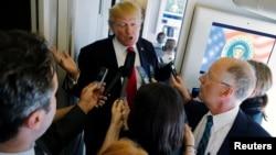 美国总统川普乘空军一号飞往河内途中回答记者提问(2017年11月11日资料照片)