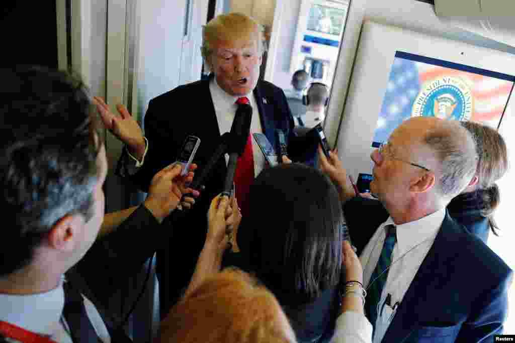 美國總統川普乘空軍一號飛往河內途中回答記者提問(2017年11月11日)。美國第一夫人梅拉尼亞·川普沒有隨同川普總統前往越南,她在北京參觀了動物園、遊覽了慕田峪長城。