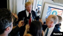 美国总统川普乘空军一号飞往河内途中回答记者提问(2017年11月11日)