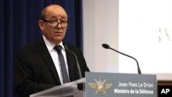 Bộ trưởng Quốc phòng Pháp Jean-Yves Le Drian nói chuyện tại một cuộc họp báo ở Paris, 12/1/13