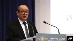 Menhan Perancis Jean-Yves Le Drian memberikan keterangan mengenai operasi militer Perancis di Mali dan Somalia dalam konferensi pers di Paris hari Sabtu (12/1)