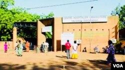 L'hôpital Yalgado Ouédraogo, plus grand centre hospitalier du Burkina, 7 décembre 2018. (VOA/Lamine Traoré)