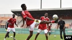 Les joueurs de l'équipe nationale de football soudanaise lors d'une séance d'entraînement au stade Felix Houphouet-Boigny à Abidjan le 24 mars 2016.