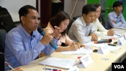 "Am Sam Ath, monitor supervisor for the human rights organizaiton LICADHO speaks to journalists during a press conference on the ""stop and consult"" campaign about the draft Law on Associations and Nongovernmental Organizations on Monday, May 4, 2015. (Neou Vannarin/VOA Khmer)"