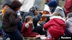 Những người di cư nghỉ ngơi trước khi vượt qua biên giới Áo-Đức ở Achleiten, Áo, ngày 29/10/2015.