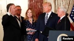 El secretario de Estado, Mike Pompeo es juramentado por el vicepresidente de EE.UU., Mike Pence (derecha) en presencia del presidente Donald Trump y de Susan Pompeo, esposa del nuevo jefe de la diplomacia estadounidense. Washington, 2 de mayo, de 2018.