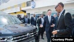 Perezida Paul Kagame atangiza uruganda ruzajya ruteranya imodoka za Volkswagen mu Rwanda